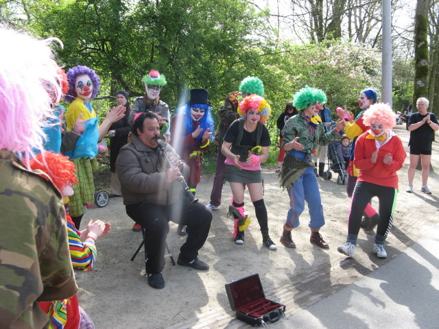 Sunday, April 10th 2011: final day of the basic training by trainer General Confusion. An excellent opportunity to practise spontaneous play in Amsterdam's Vondelpark.
